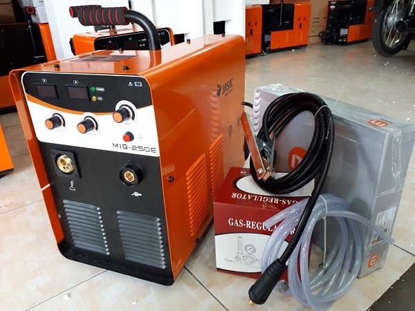 Máy hàn MIG dùng súng hàn để hàn cùng với kim loại nóng chảy đông đặc kết tinh tạo mối hàn.