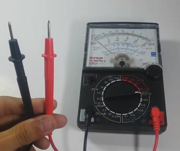 Cắm nhầm que đo khiến đồng hồ vạn năng dễ bị cháy