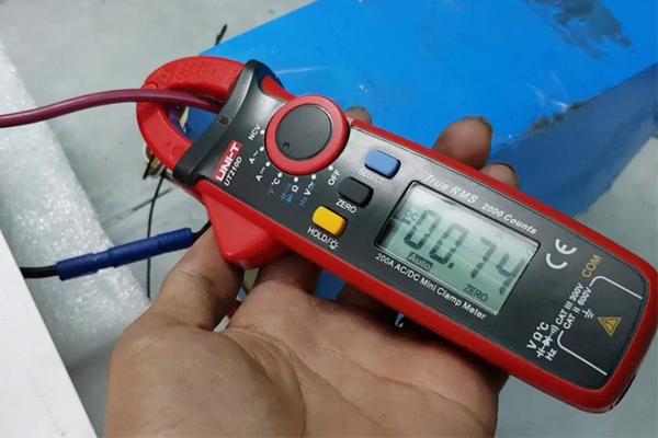 sử dụng ampe kìm để đo dòng điện