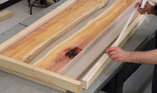 Chuẩn bị các thanh gỗ để làm bàn học
