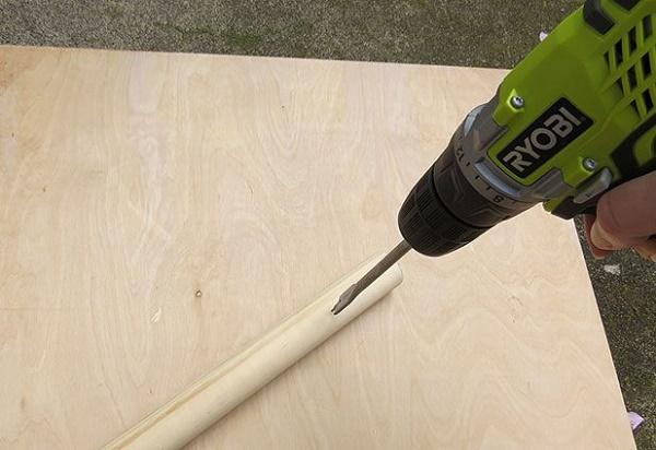 Khoan tạo các lỗ trên từng thanh gỗ