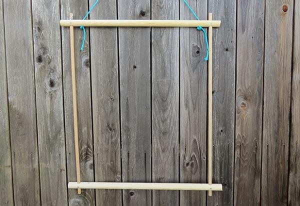 Treo khung võng lên cao để thực hiện đan lưới dễ dàng