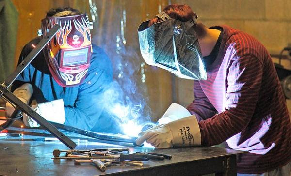 Luôn dùng đồ bảo hộ lao động khi sử dụng máy để đảm bảo an toàn