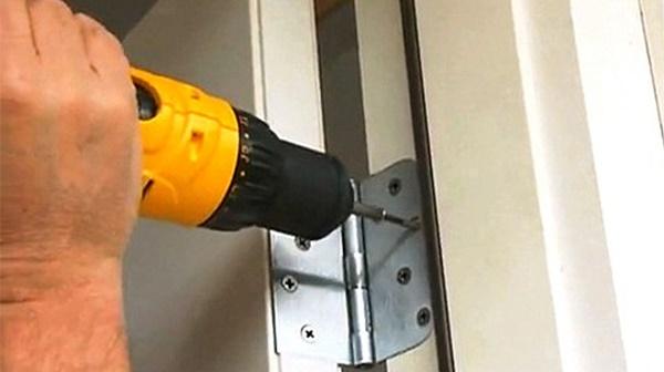 Sử dụng máy khoan để thiết chặt đinh vít cố định bản lề chắc chắn