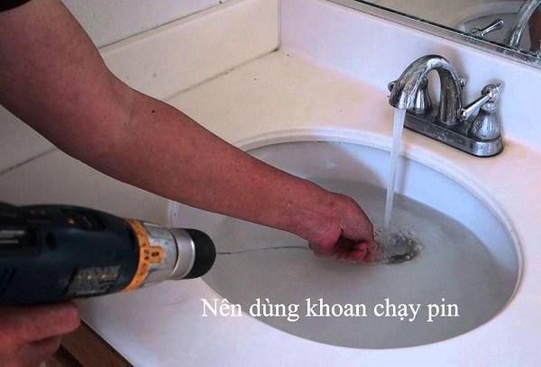 Thông bồn rửa mặt bằng máy khoan đa năng