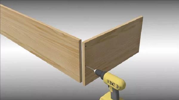Dùng máy khoan và tấm gỗ để tạo khung hộp gỗ