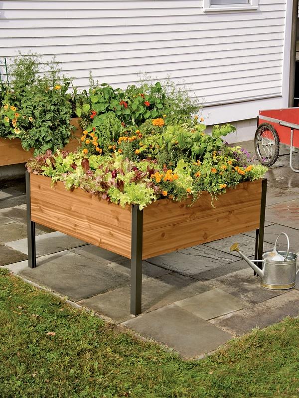 Tạo chân cho hộp gỗ để tạo thành kệ gỗ trồng cây