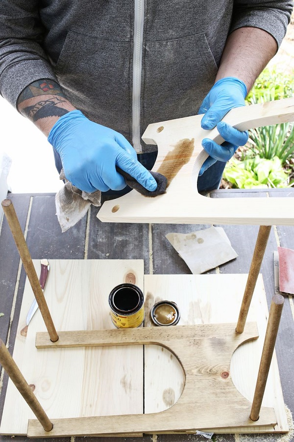 Dùng lon tinh dầu để làm bóng kệ gỗ