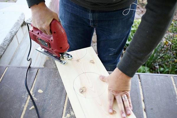 Dùng máy cắt để tiến hành cắt gỗ theo đường kẻ