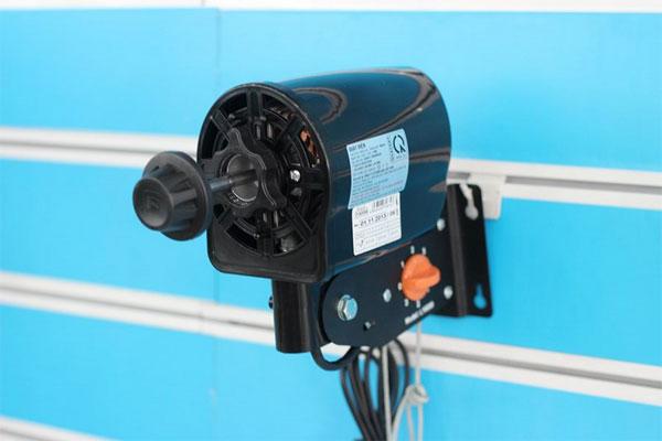 Lắp động cơ vào móc treo đảm bảo độ chắc chắn