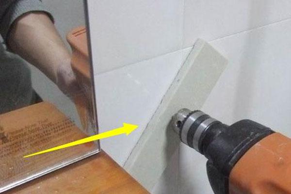 Khoan tường bằng miếng gạch lót hạn chế được bụi