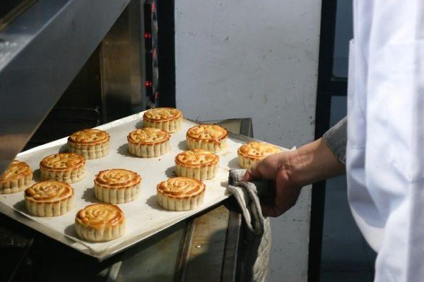 Nướng bánh trung thu cần chú ý điều chỉnh nhiệt độ và thời gian