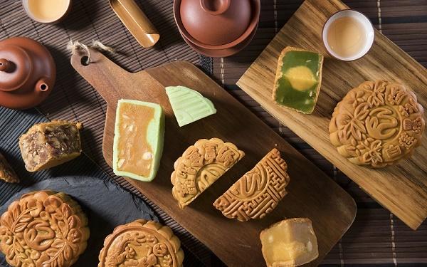 Kiểm tra bánh được nướng có hương thơm, độ mềm vừa phải