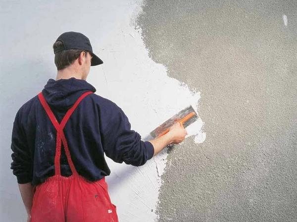 Làm sạch tường nhà, chống thấm trước khi tiến hành thi công sơn