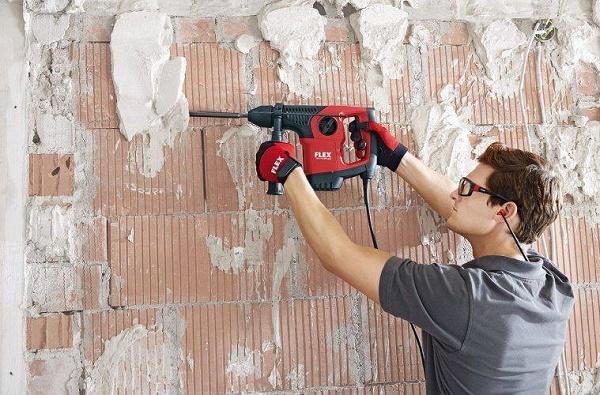 Dùng máy khoan để đục mảng tường bị hỏng