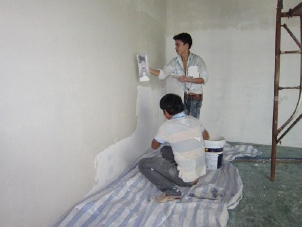 Phủ lớp hồ dầu, lớp sơn lót và sơn chống thấm để ngăn chặn tường hút ẩm