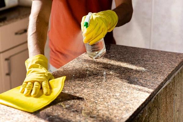 Sử dụng dung dịch làm sạch cho mặt đá hoa cương