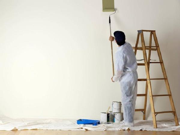 Quét bụi và sơn lại tường nhà
