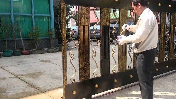 Dùng sơn lót cho cửa sắt để chống gỉ và tăng khả năng bám dính cho sơn phủ
