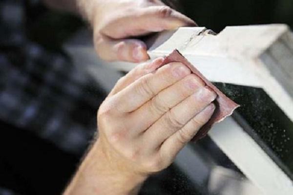 Xử lý các vết gỉ sắt nhẹ bằng giấy nhám
