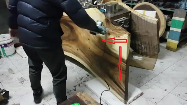 Thực hiện bào gỗ theo hết đường chiều của tấm gỗ