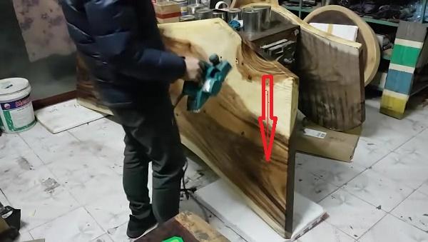 Bào gỗ theo chiều từ trên xuống dưới