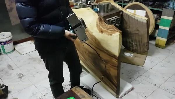 Điều chỉnh lưỡi bào phù hợp với độ lồi lõm của tấm gỗ