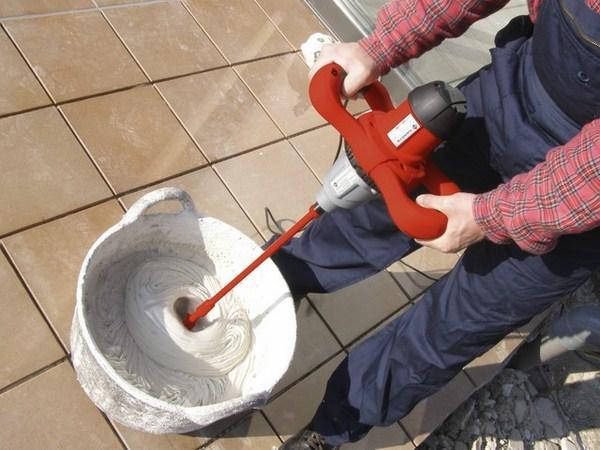 Sử dụng máy khuấy trộn sơn để trộn đều trước khi dùng sơn chống thấm