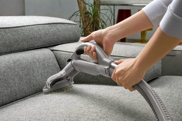 Sử dụng máy hút bụi để hút bụi bẩn trên sofa