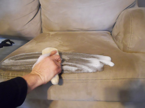 Dùng bàn chải cùng hỗn hợp tẩy rửa để làm sạch sofa