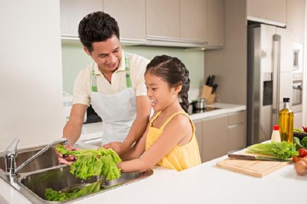 Các bố tự vào bếp nấu một bữa ăn ngon cho gia đình