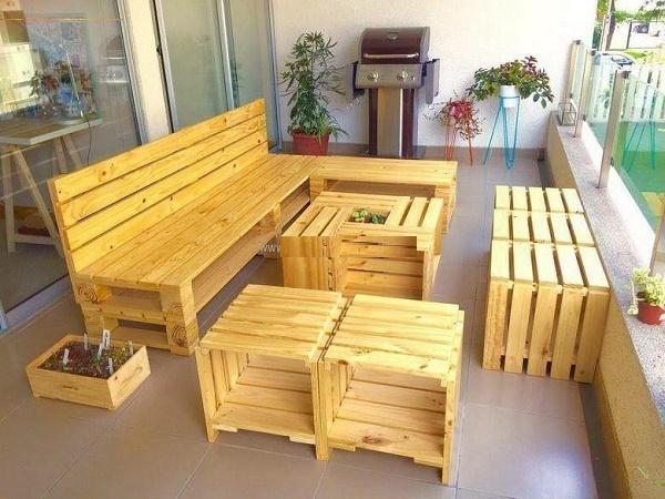 Tấm gỗ pallet được sử dụng làm bàn ghế