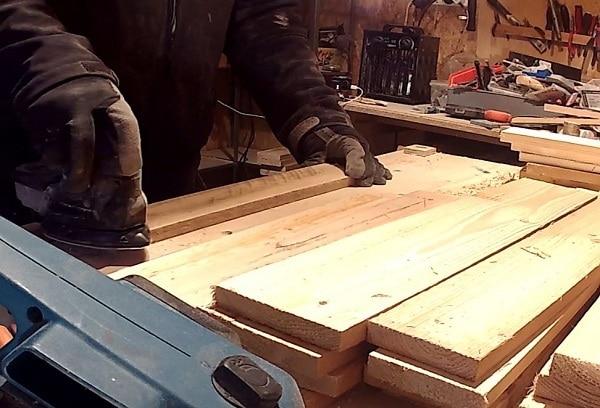 Đo kích thước cho tấm gỗ cho để lắp ráp làm tấm gỗ pallet