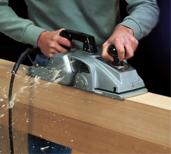 Thực hiện bào gỗ theo đúng hướng dẫn sử dụng