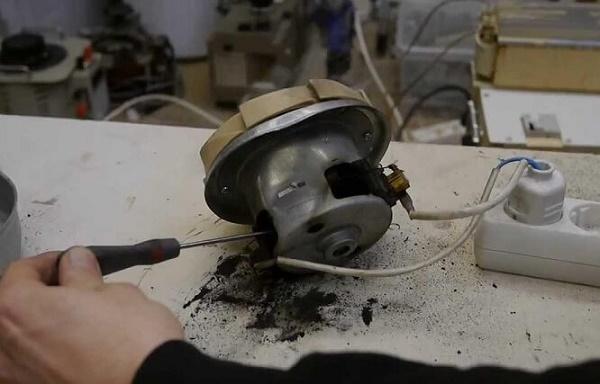 Chổi than của máy hút bụi bị ăn mòn