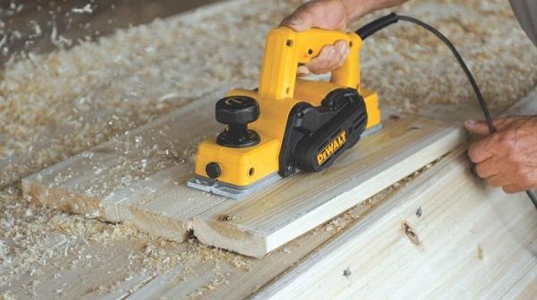 Máy bào gỗ hoạt động chậm, có tiếng kêu to