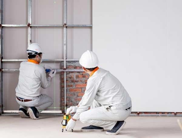 Sử dụng máy cân bằng để đảm bảo hệ khung được lắp đặt chuẩn nhất