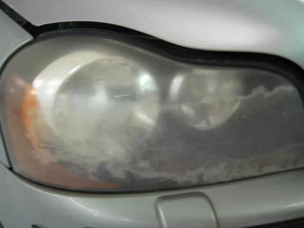 Đèn xe bị mờ do tác hại từ tia UV, bụi bẩn