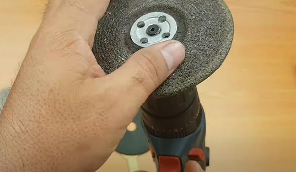 lắp đĩa cắt vào máy khoan