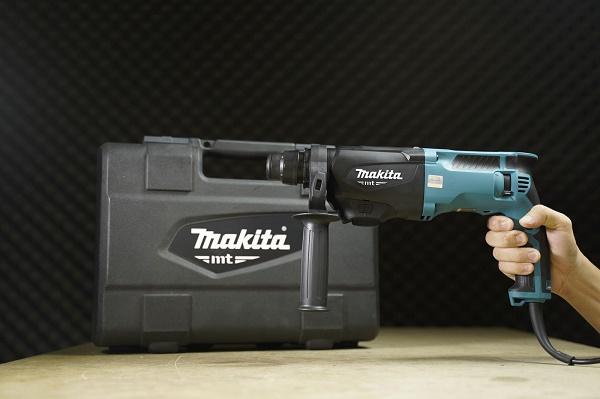 Máy khoan búa Makita M8701B được sử dụng phổ biến trong lắp điều hòa