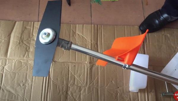 Bước 1: Tháo lưỡi cắt máy cắt cỏ ra