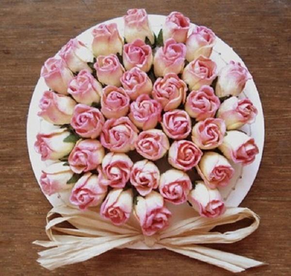 Gắn các bông hoa lên tấm giấy tròn