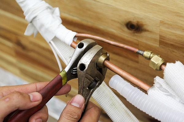 Tiến hành loe ống đồng đảm bảo không bị rò rỉ khí lạnh