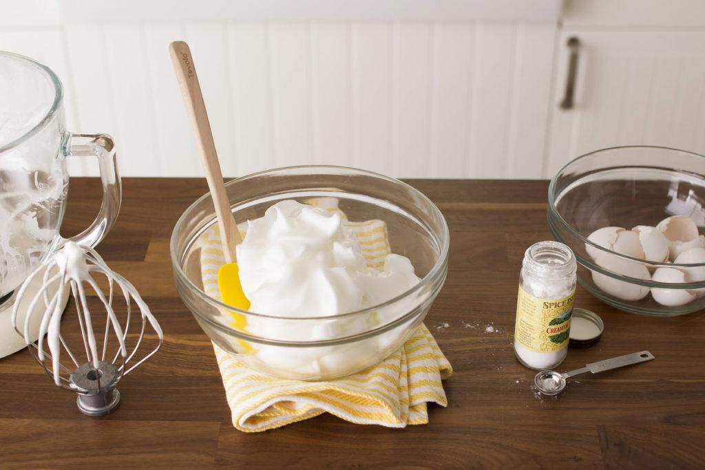 Đánh bông lòng trắng trứng bằng đũa