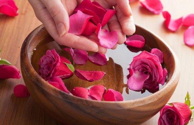 Đun cách thủy để làm nước hoa hồng