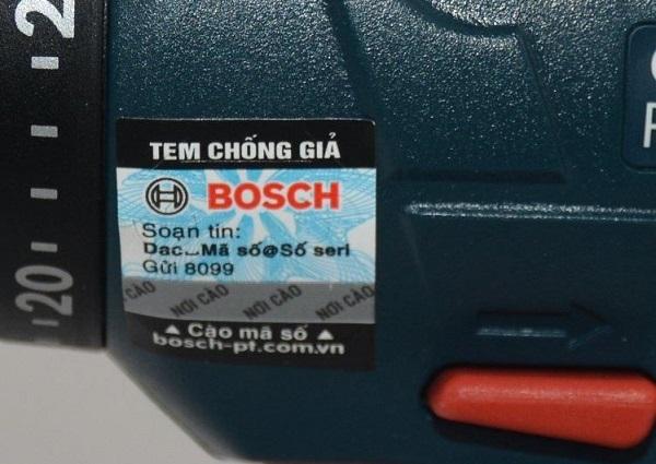 Nhận biết máy khoan Bosch thật giả bằng tem chống giả trên thân máy