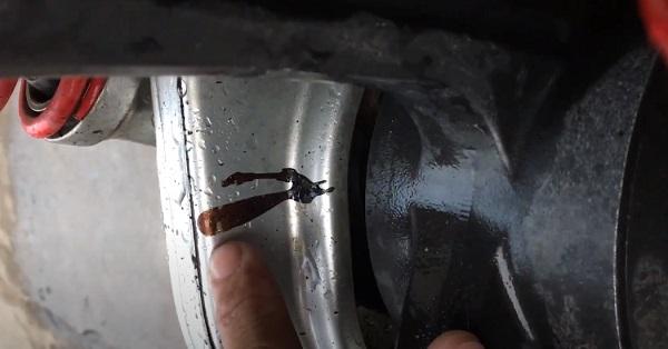 Nhựa đường dính trên xe máy