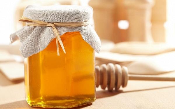 Đậy kín các lọ đựng mật ong là cách để bảo quản mật ong được lâu