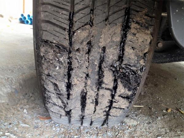 xử lý lốp xe dính nhựa đường