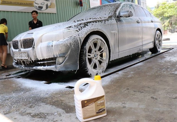 rửa xe bằng nước rửa chén